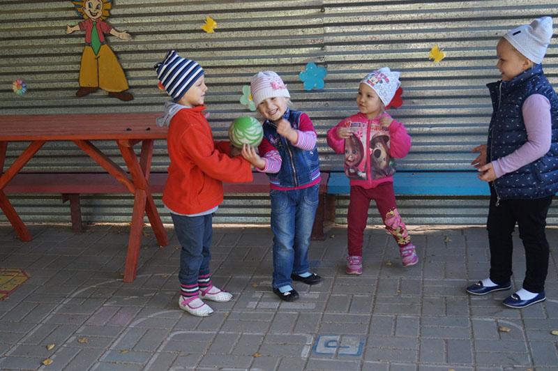Галеева Даша, Шандрыгина Ангелина, Надырова Варя, Навроцкая Полина Игры с мячом!